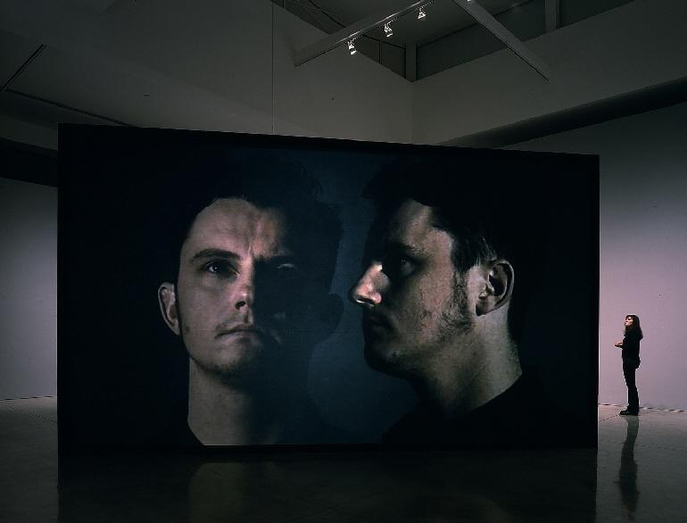 Vista de la video instalación en Gagosian Gallery (Beverly Hills, CA)