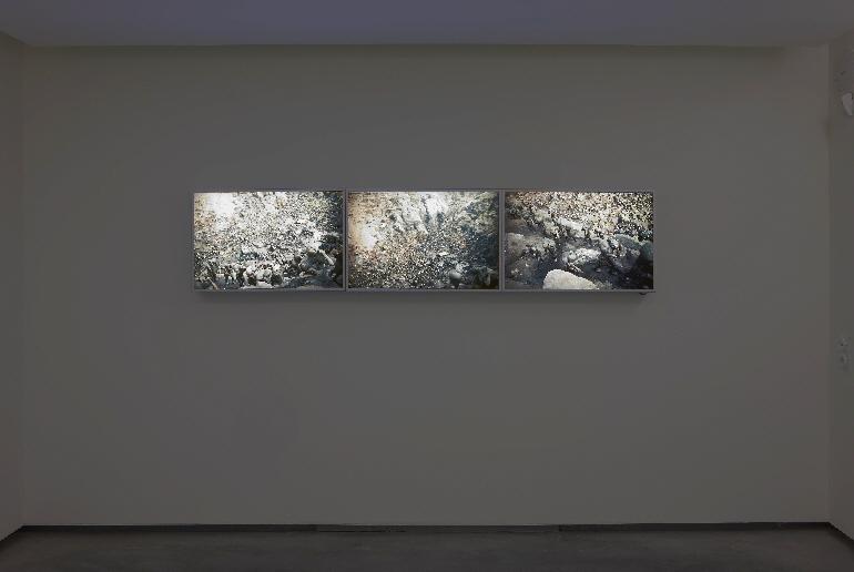Imagen de la obra durante su instalación en la exposición Historias de la vida material en el CAVFHA.