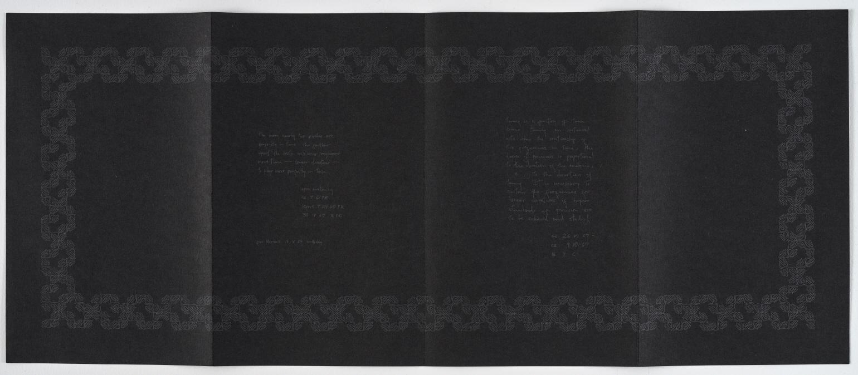 Imagen del anverso de la obra con el papel desplegado