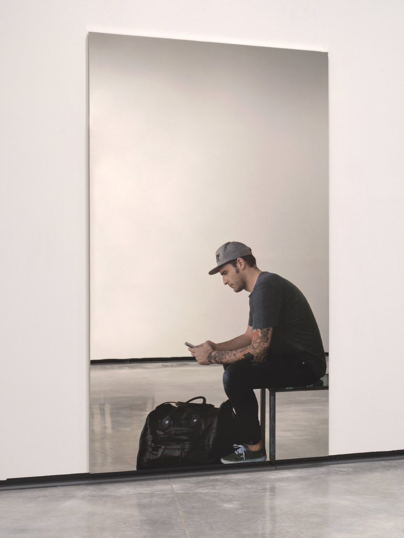 Smartphone – uomo seduto con borsa, 2018